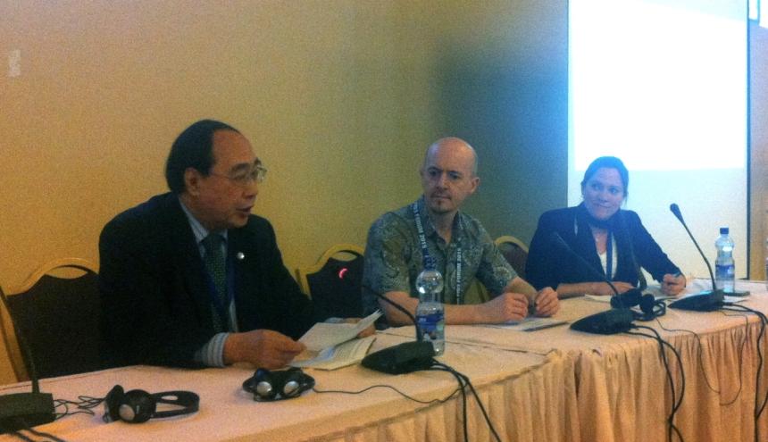Mr. Wu Hongbo, Secretário Geral da Conferência, fala para a plenária do Fórum da Sociedade Civil, ao lado de Aldo Caliari e Tove Maria Harding, moderadores da mesa.