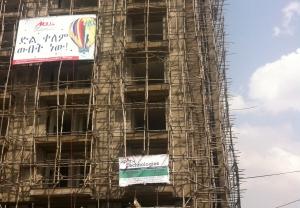 Novas construções em Addis Abeba e seus andaimes precários.