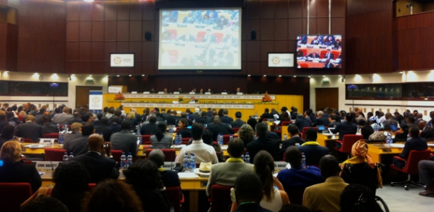 Sala da primeira mesa redonda sobre as parcerias globais e as três dimensões do desenvolvimento sustentável.